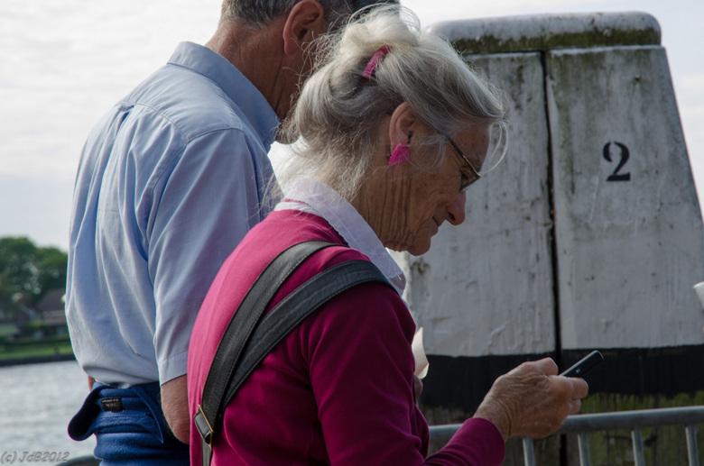 Generatie KPN.... - Zowel de stoommachine als het mobieltje in één generatie gevangen tijdens Dordt in Stoom 2012.