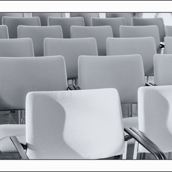 stoelen in zwartwit