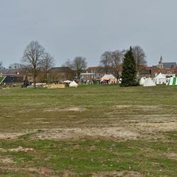 Uitzicht over het visio terrein naar de tenten vlakbij het oude centrum van Grave.