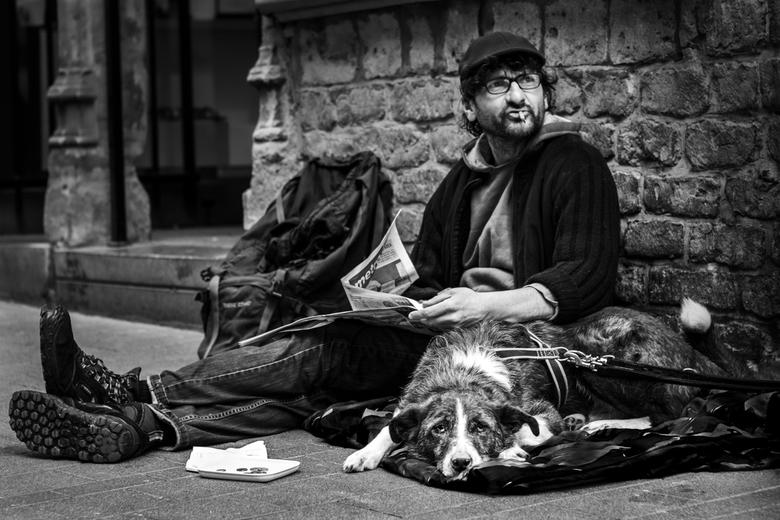 Armoede in Gent - Deze bedelaar heeft naar aanleiding van een ongeluk zijn werk verloren. Zijn tegemoetkoming is ontoereikend om te leven. De blik van