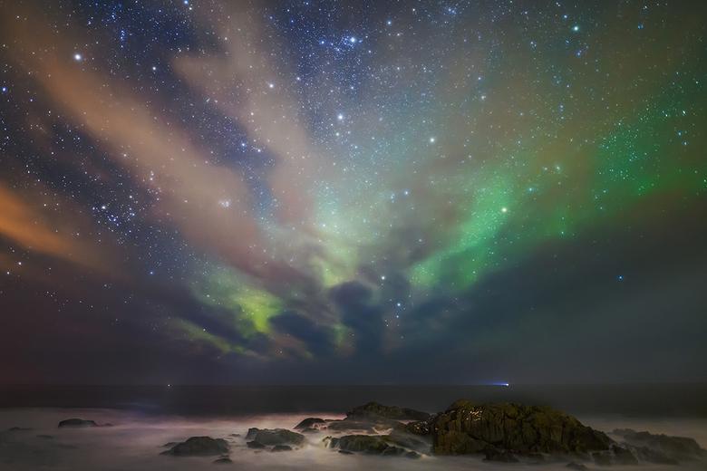 Noorderlicht met wolkenstraten - Hopend op noorderlicht bij de kleine haven van Laukvik, leken de wolken roet in het eten te gaan gooien. Maar er onts