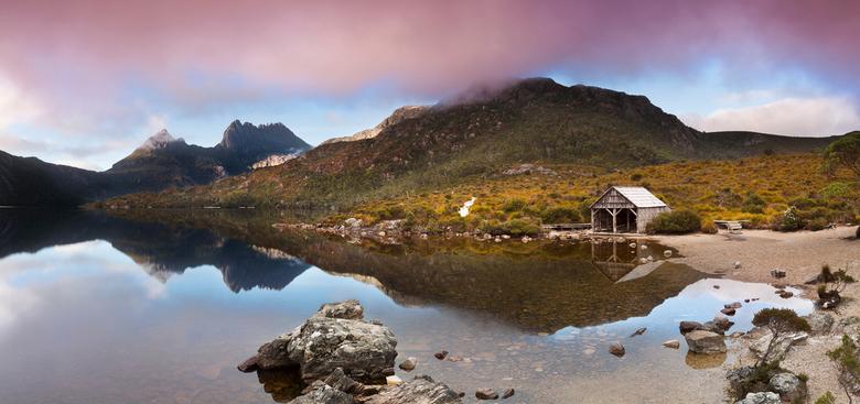Het boot schuurtje - Een panorama van het bekende boot schuurtje aan Dove Lake, Tasmanie, Australie. Een panorama van acht foto's.