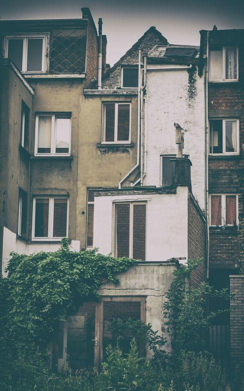 Antwerpen - Verval - Vervallen huisjes in Antwerpen, een veel voorkomend beeld dat ook zijn charmes heeft.<br /> <br /> Foto bewerkt bij het program