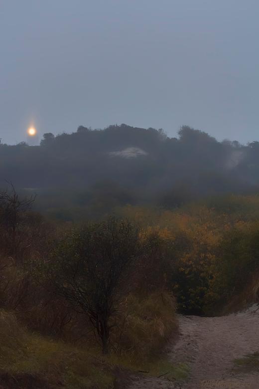 Vuurtoren van Schouwen-Duiveland  - Op een regenachtige dag schijnt de vuurtoren fel vanachter de duinen. <br /> <br /> Iedereen bedankt voor de fij