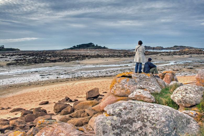 paartje aan de kust - Paartje aan de rotsige kust van de Atlantische oceaan in Bretagne.