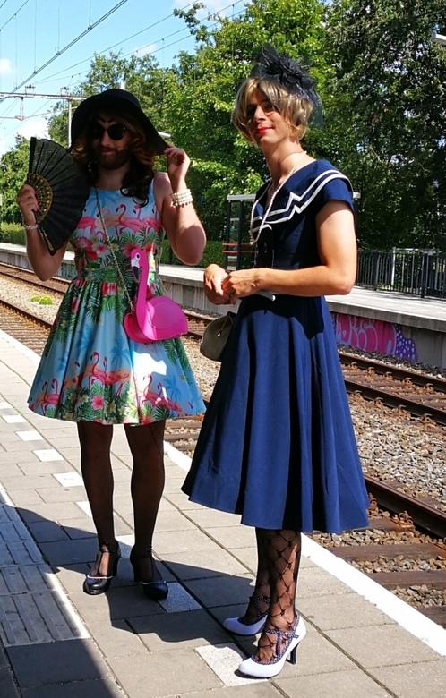 Ga je niet naar Amsterdam.....  - ... Kom je ze al tegen in de zaanstreek <br /> Prachtige jurken uit mijn jeugd komen allemaal weer in de mode.<br /