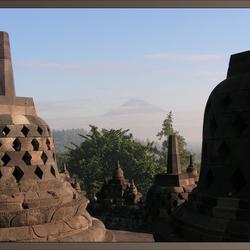 Borobodur met Merapi in verte