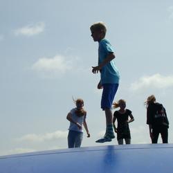 Kinderen op springkussen
