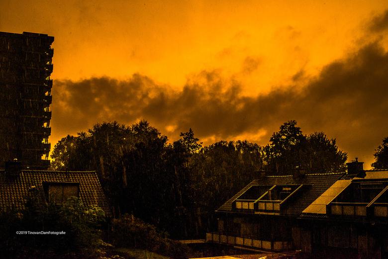 Sky on fire - We zullen nu wel veel foto's krijgen van het bijzondere licht van deze avond..... prachtig... en maar gieten!
