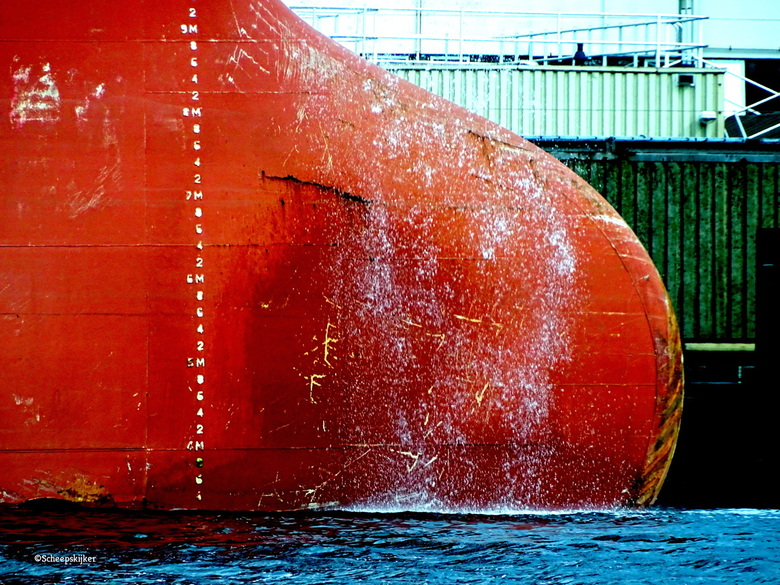 Bulb boeg - De wind waaide in de haven het schip was water aan het spoelen. <br /> <br /> De mooie stormige tijd komt er weer aan.
