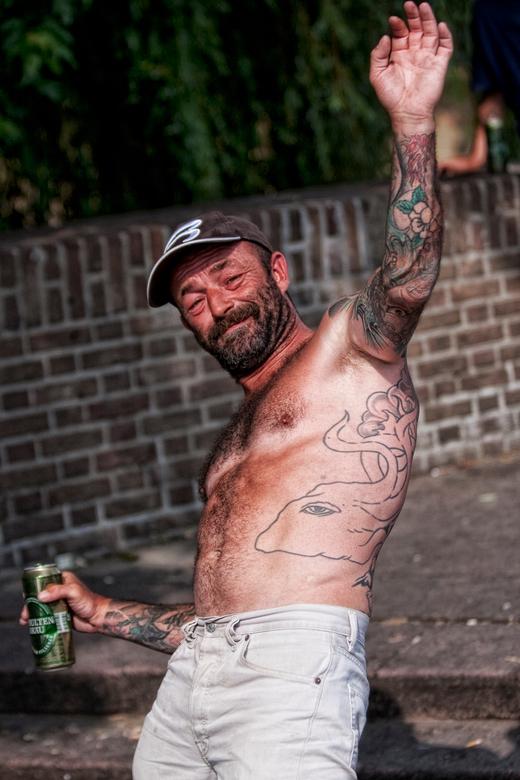 happy on thestreet - vrolijke dakloze met een biertje