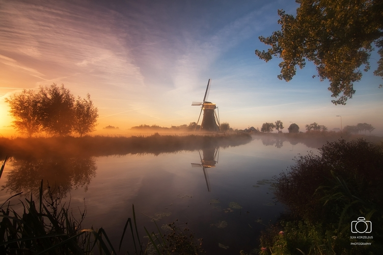 Nevelige zonsopkomst bij de molen - Zonsopkomst met nevel in Haastrecht.