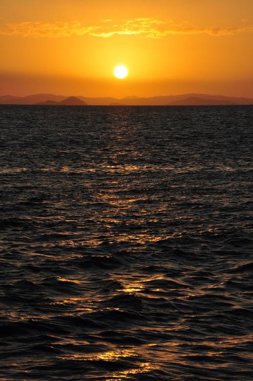 """Bewerking: Zonsondergang Witsunday Islands - Nu met rechte horizon <img  src=""""/images/smileys/wilt.png""""/>"""