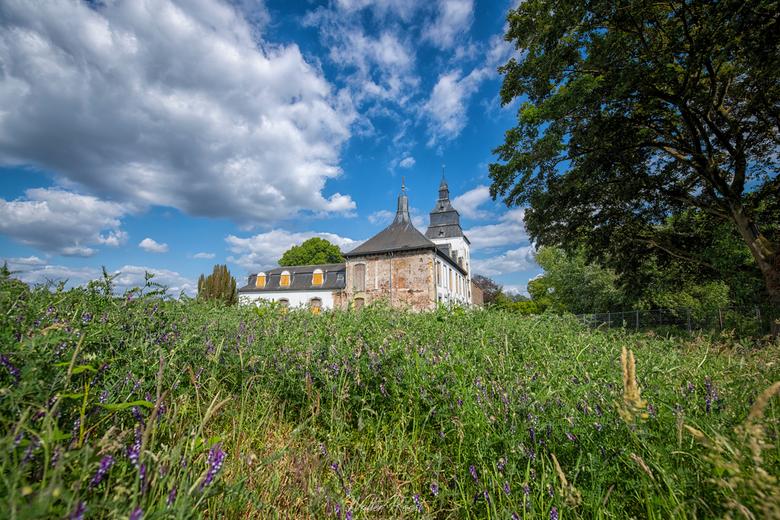 St. Anna - Verlaten kasteel met kerk in eigen land