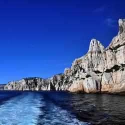 rustige zee bij kalksteenrotskust