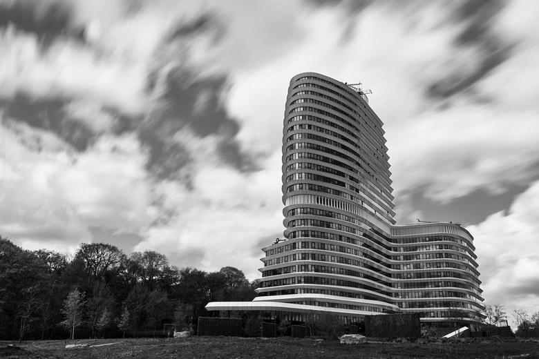 Contrasten | Spanning - Handig als je er werkt... gisteren een mooie wolkenlucht met aardig wat beweging daarin. Cameratas mee en in de pauze even 14