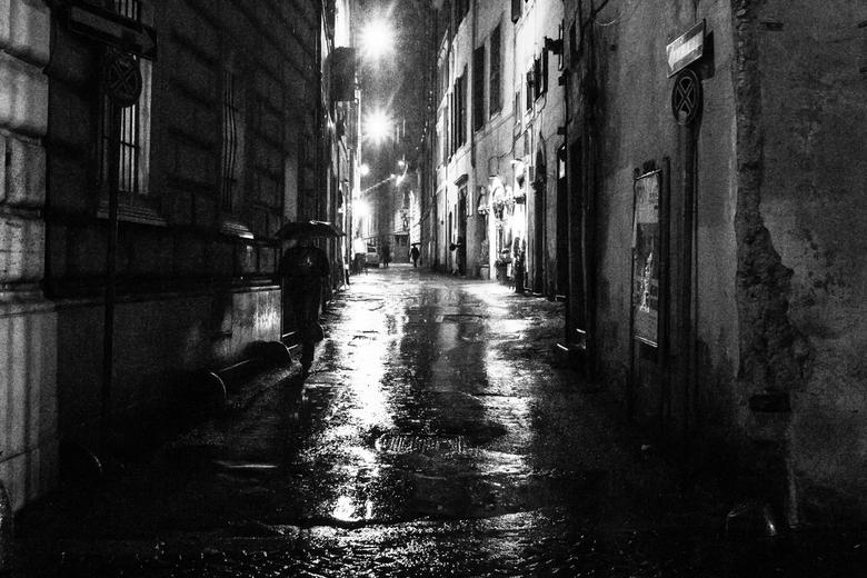 Umbrella - Rome tijdens een zware regenbui. s'Nachts uit de hand geschoten, lang leve hoge iso's!
