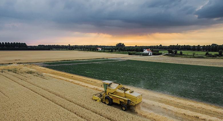 Boeren in actie... - Een wolkenlucht die niet veel goeds voorspelde, maar uiteindelijk kwamen er alleen een paar druppeltjes uit en daar bleef het dan