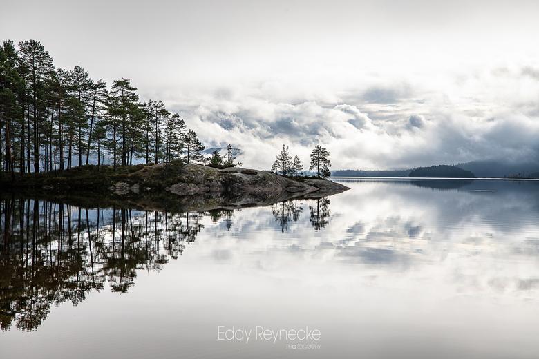 BYGLANDSFJORD - Prachtige wolkenpartijen en weerspiegeling in de Byglandsfjord Noorwegen.
