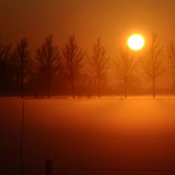 zon onder bij sneeuw