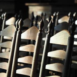kerkstoelen in het licht