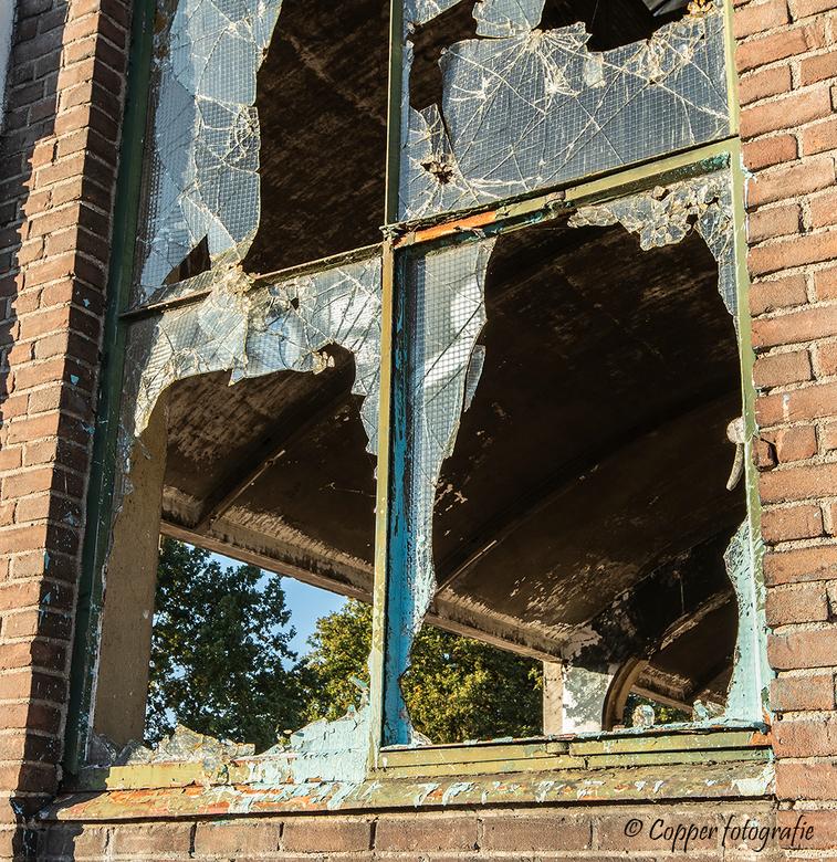 Ingegooide ramen van een Booghal - Een doorkijkje door de ingegooide ramen van één van de booghallen op het Indiëterrein te Almelo.