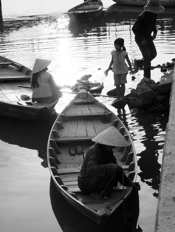 Hoi An (Vietnam) - Overleg tussen moeder en dochter...waarover?...geen idee.