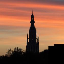 Grote kerk van Breda in de avondschemer