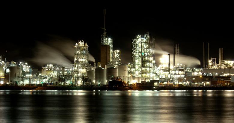 Dupont@night - Nachtfoto van industrie gebied DuPont in Dordrecht. De foto is genomen vanuit Papendrecht.