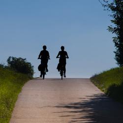 Twee meisjes op de fiets!