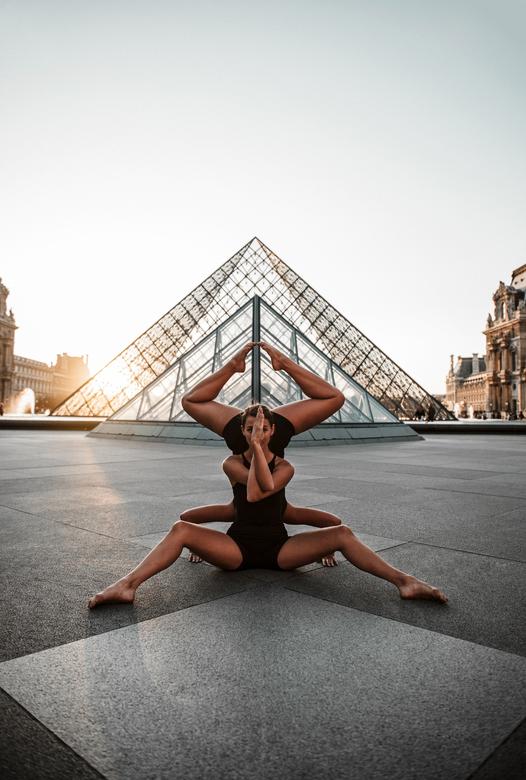 Triangles - Mijn favoriete foto van Nina en Loes tijdens onze balletfotoshoot bij het Louvre in Parijs
