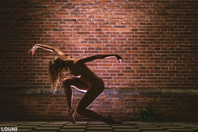 Kira - Avond ballerina shoot in de straten van Amsterdam. Compleet met straatverlichting belicht.