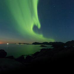 Noorderlicht boven de zee van de Lofoten