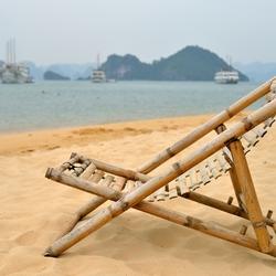 een leeg strandstoeltje.
