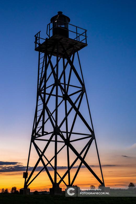 Lichttoren op Schokland - Aan het het einde van een fotoshoot was ik nog in mijn eentje de spullen aan het inpakken toen de ondergaande zon deze veras