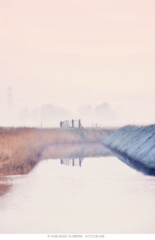 The gate at the end of the canal. - Ochtend fotografie.