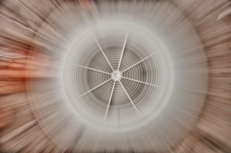 Zooming out... - Foto van een rooster. Uitgzoomen terwijl je de foto maakt...
