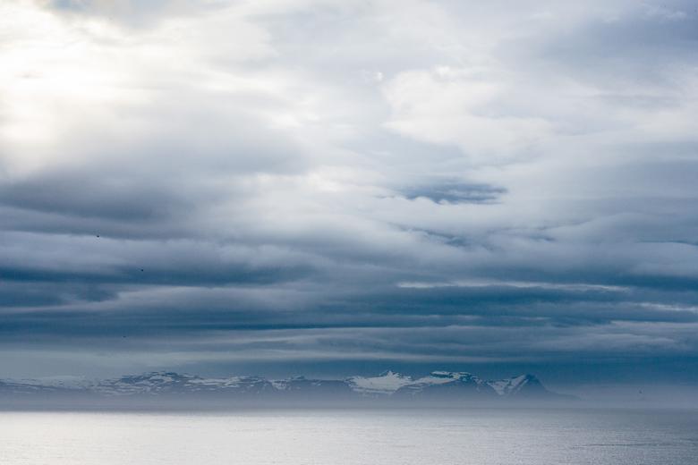 ijsland  - Uitzicht over een fjord s'avonds.