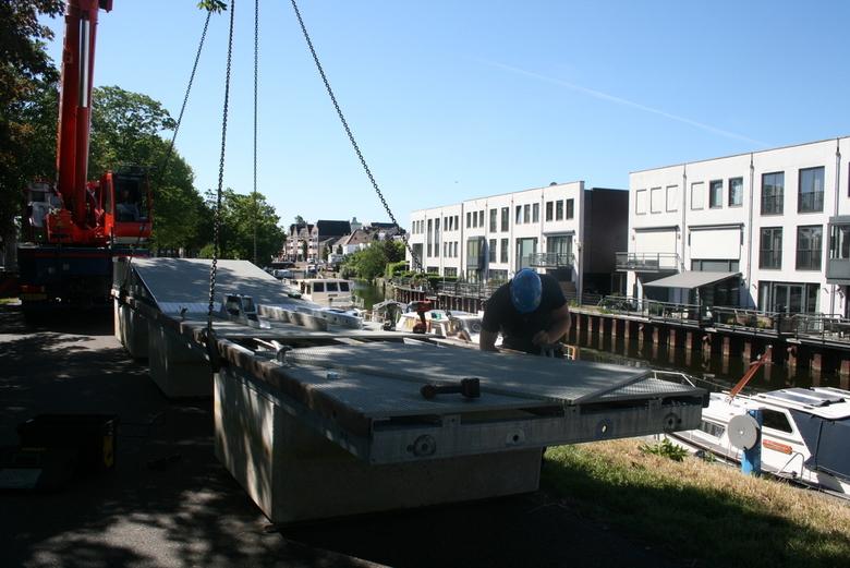 IMG_2620 Hijskraan voor drijvende kade - Hijskraan bij de haven van Oudenbosch. Er wordt een tweede stuk van een nieuwe drijvende kade te water gelate