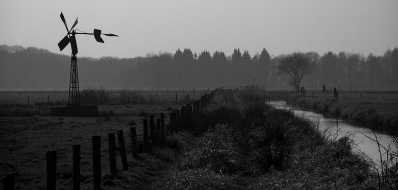 Molen - Las vanmiddag het nieuwe artikel over zwart wit landschap in Zoom.nl en had een tijdje terug nog wat foto's gemaakt van een landschap met
