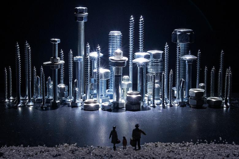 City of Steel - Deze foto heb ik gemaakt voor de expositie van de fotoclub Bernheze. Ieder lid kreeg dezelfde miniatuur figuurtjes een week te leen om