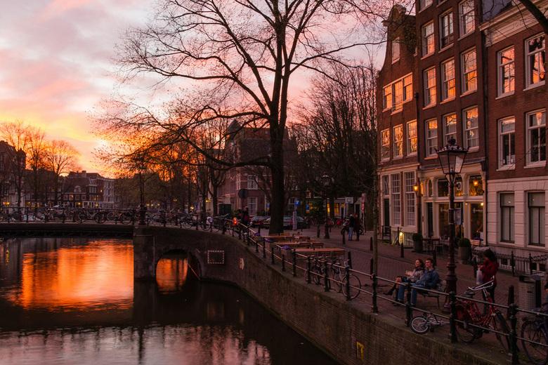 Ondergaande zon. - Ondergaande zon aan de Brouwersgracht te Amsterdam. Foto is gemaakt met de Bracketing functie en samen gevoegd tot mijn eerste HDR