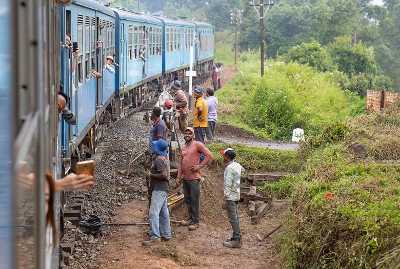 Bewerking: Langs het spoor 2 - Bedrijvigheid op en langs het spoor.<br /> <br /> Haputale-Ella, Sri Lanka