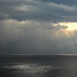 brekende wolkenlucht boven de zee