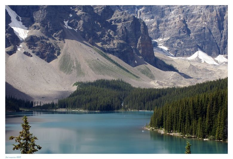 Moraine Lake - In de rockie Mountains in Canada liggen ontzettend veel meren verscholen. Moraine Lake is er 1 van. Het beneemt je de adem als je er na