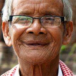 Faces of Cambodja -28- oude man bij tempel2