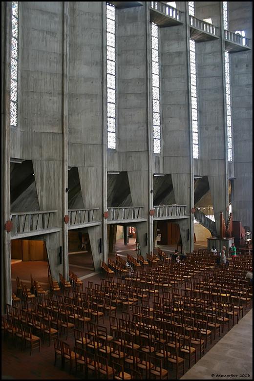 Grote hoogte - De kerk van Royan. Een enorm groot gebouw, veel beton. <br /> <br /> http://www.notre-dame-royan.com/presentation/<br /> <br /> Bon