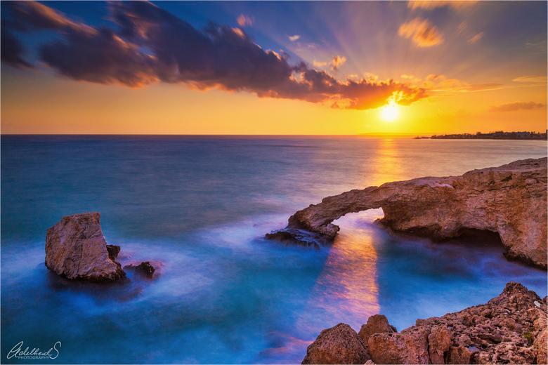 Love Bridge Sunset - Een heerlijke zonsondergang op Cyprus, en ik was blij dat de zonreflectie net door de boog ging.