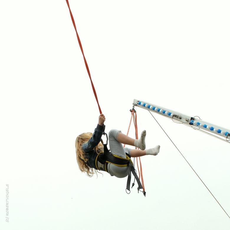 Roos - Buur meisje 'Roos', ...schiet de wolken tegemoet  van af de trampoline aan haar elastiek.