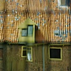 Huisjes door oud raam